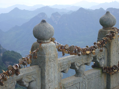 MW-WUHAN-locks-on-railing